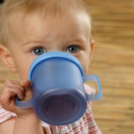 Baby Trinkt Hastig Und Verschluckt Sich